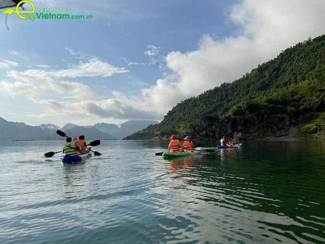 Du lịch Đà Bắc bơi thuyền kayak trên lòng hồ Hòa Bình