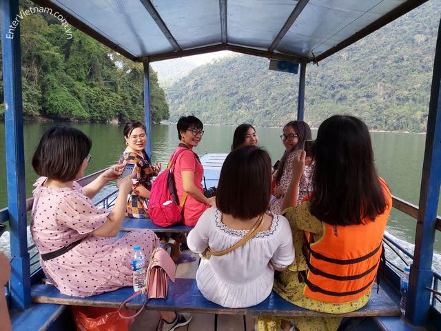 Du thuyền trên hồ Ba Bể – Bắc Kạn