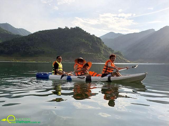 Lên du lịch Đà Bắc bơi thuyền Kayak tại lòng hồ Hòa Bình