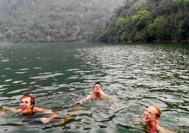 Tắm và bơi trên Hồ Ba Bể - Bắc Kạn