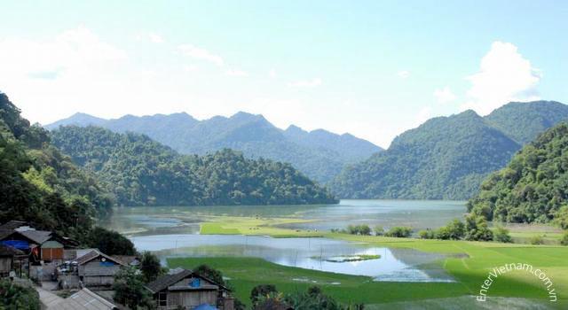 Cảnh đẹp Hồ Ba Bể nhìn từ bản Pắc Ngòi
